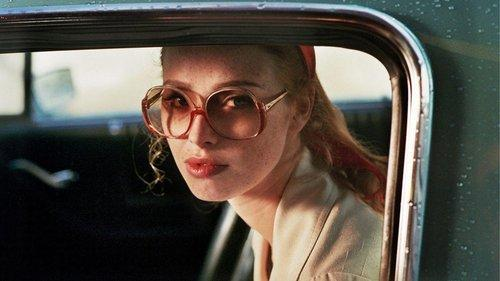 Bild zu The lady in the car with glasses and a gun